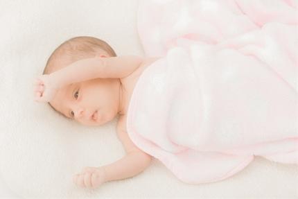 毛布に包まる赤ちゃん