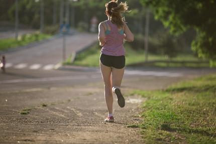 軽快にジョギングする女性