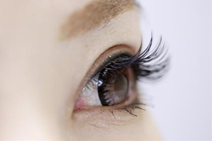 女性の美しい目