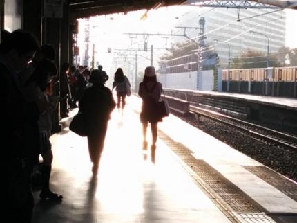 朝の美しい駅のホーム