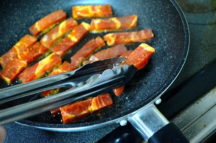 肉を焼くフライパン