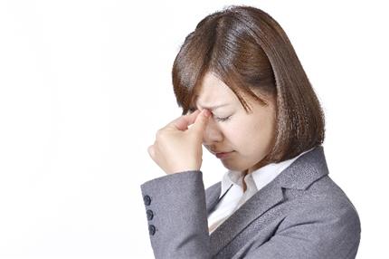 目が疲れている女性