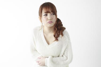 お腹が痛い女性