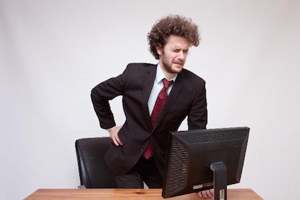腰痛で座れない男性