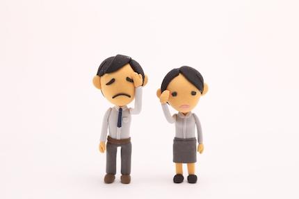 頭痛で苦しむ男女