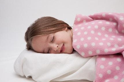 熟睡する子供
